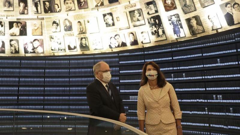 ann-linde-r-auenministerin-von-schweden-besucht-die-halle-der-namen-in-der-holocaust-gedenkstatte-yad-vashem-foto-maya-alleruzzoapdpa