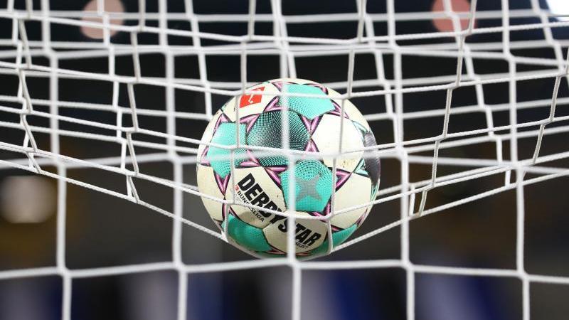 ein-fuball-liegt-vor-der-partie-im-netz-foto-friso-gentschdpasymbolbild