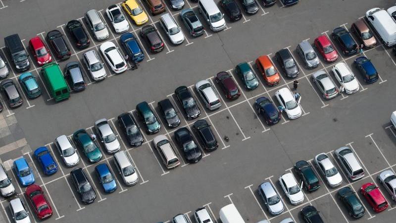 zahlreiche-autos-stehen-auf-einem-parkplatz-foto-sebastian-kahnertdpa-zentralbilddpasymbolbild