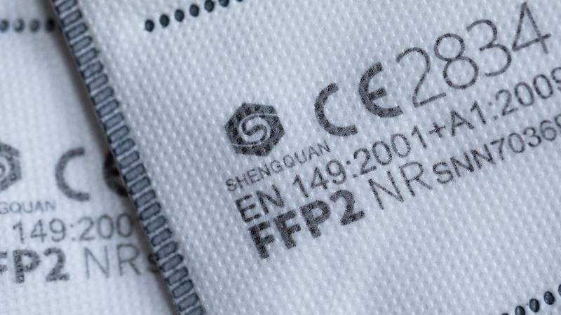 ffp2-masken-mit-ce-zertifizierung-liegen-auf-einem-tisch-foto-rolf-vennenbernddpaillustration