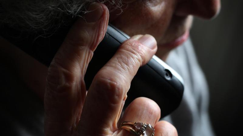 eine-altere-frau-telefoniert-mit-einem-schnurlosen-festnetztelefon-foto-karl-josef-hildenbranddpasymbolbild