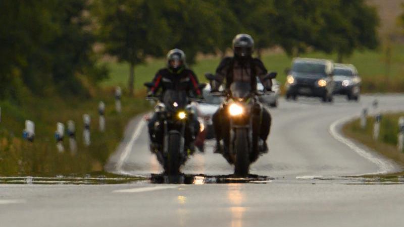 zwei-biker-fahren-uber-eine-landstrae-foto-robert-michaeldpa-zentralbildsymbolbild