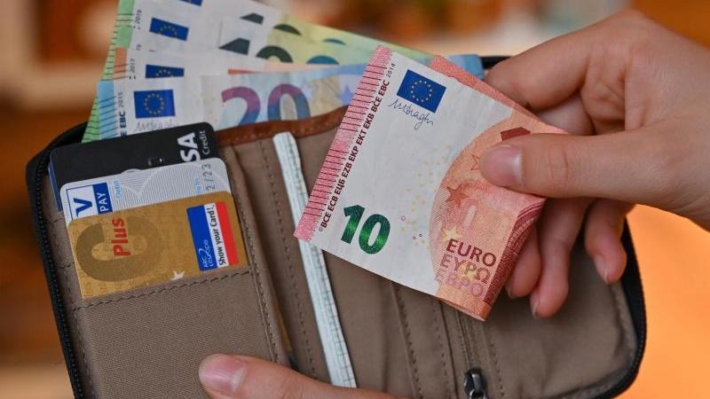 viele-eurobanknoten-stecken-in-einer-geldborse-foto-patrick-pleuldpa-zentralbilddpaillustration