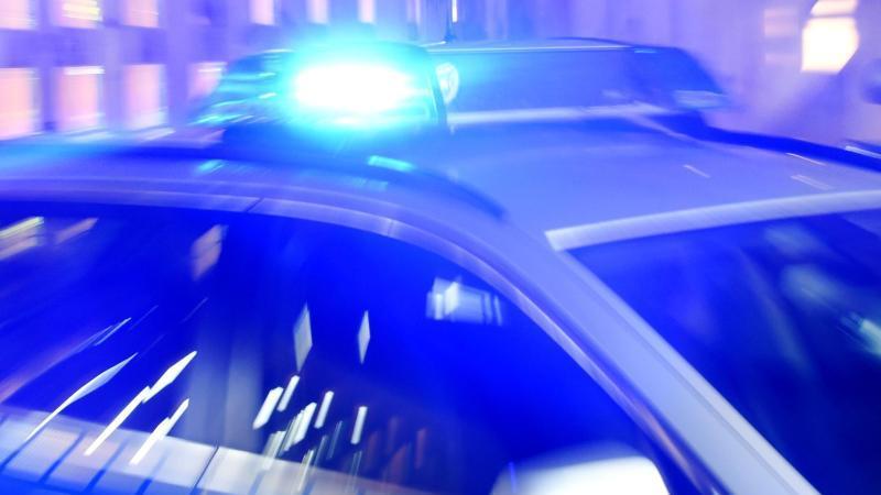 ein-streifenwagen-der-polizei-steht-mit-eingeschaltetem-blaulicht-auf-der-strae-foto-carsten-rehderdpaillustration