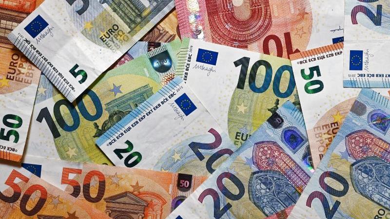 mehr-als-900-euro-fand-die-polizei-auf-der-strae-foto-patrick-pleuldpa-zentralbilddpaillustration