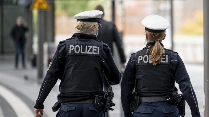 zwei-polizistinnen-patroullieren-auf-dem-bahnsteig-eines-bahnhofs-foto-fabian-sommerdpasymbolbild