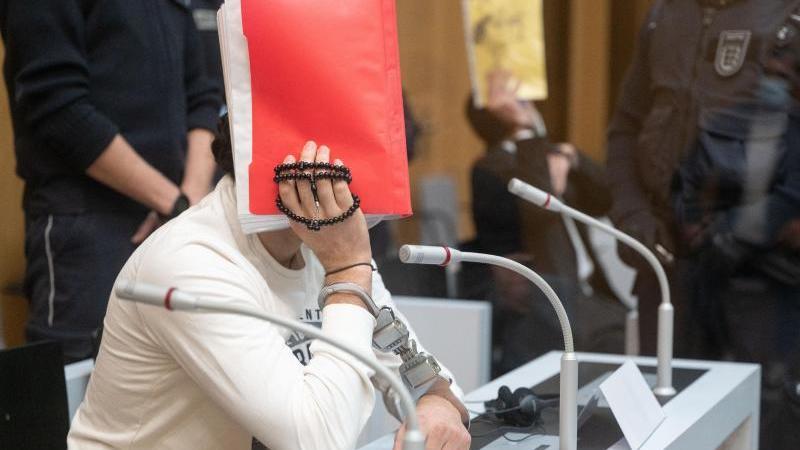 angeklagte-in-einem-prozess-um-eine-blutige-auseinandersetzung-in-singen-sitzen-im-stammheimer-hochsicherheitssaal-des-oberlandesgerichts-foto-marijan-muratdpa