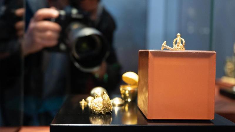 ein-journalist-fotografiert-im-neuen-grunen-gewolbe-das-goldene-ei-in-einer-vitrine-foto-sebastian-kahnertdpa-zentralbilddpa