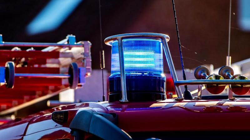 auf-dem-dach-eines-feuerwehrfahrzeugs-leuchtet-ein-blaulicht-foto-david-inderlieddpasymbolbild
