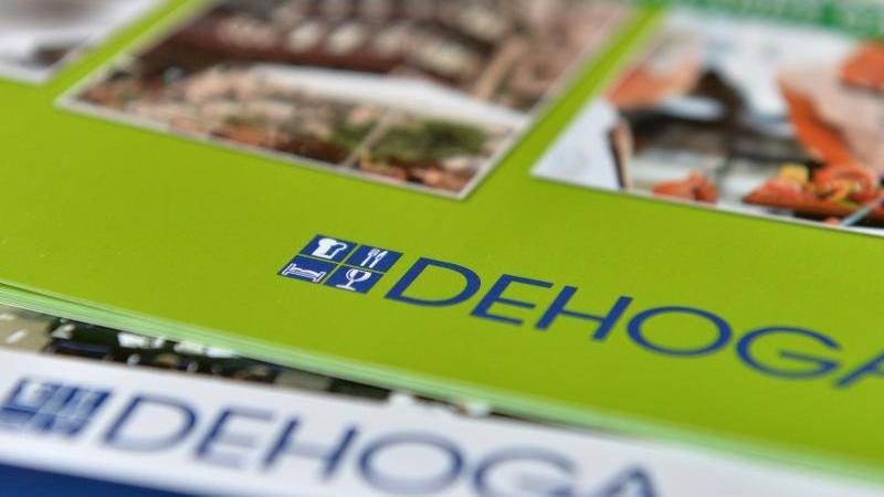 zwei-prospekte-mit-dem-logo-der-dehoga-liegen-wahrend-einer-pressekonferenz-auf-einem-tisch-foto-marc-tirldpa-zentralbilddpaarchivbild