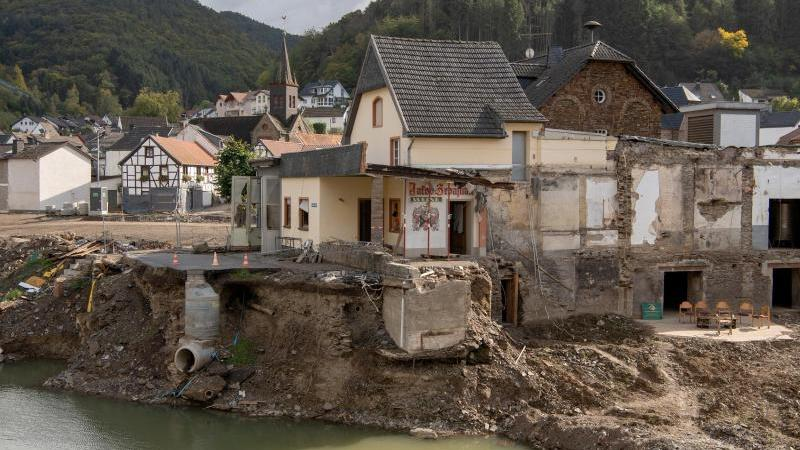 weitgehend-zerstort-prasentiert-sich-der-ortskern-von-rech-im-ahrtal-drei-monate-nach-der-flutkatastrophe-vom-juli-foto-boris-roesslerdpaarchivbild