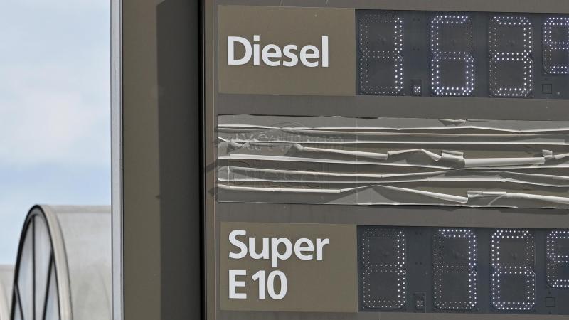 an-einer-tankstelle-werden-die-preise-fur-die-unterschiedlichen-kraftstoffe-angezeigt-archivbild-foto-harald-titteldpa