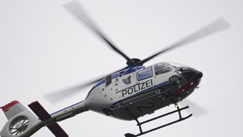 ein-polizeihubschrauber-ist-im-einsatz-foto-robert-michaeldpa-zentralbildzbsymbolbild