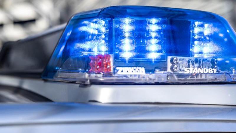 das-blaulicht-an-einem-polizeiwagen-ist-eingeschaltet-foto-david-inderlieddpasymbolbild