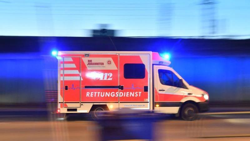 ein-rettungswagen-ist-mit-eingeschaltetem-blauchlicht-im-einsatz-foto-boris-roesslerdpasymbolbild