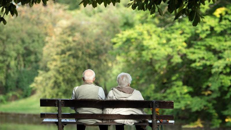 zwei-rentner-sitzen-auf-einer-bank-foto-sebastian-kahnertdpa-zentralbilddpasymbolbild