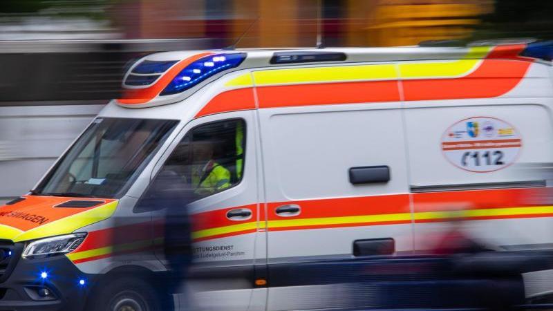 ein-rettungswagen-fahrt-durch-die-innenstadt-foto-jens-buttnerdpa-zentralbildzbsymbolbild