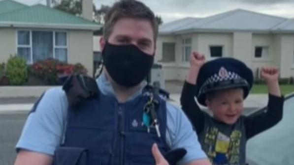 neuseeland-ein-vierjahriger-junge-ruft-den-notruf-weil-er-den-beamten-seine-schonen-spielzeuge-zeigen-mochte