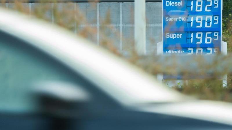 die-preisanzeige-einer-tankstelle-im-landkreis-hildesheim-zeigt-spritpreise-an-foto-julian-stratenschultedpa
