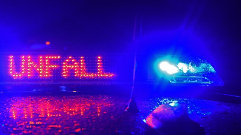 der-schriftzug-unfall-leuchtet-zwischen-zwei-blaulichtern-auf-dem-dach-eines-polizeiwagens-foto-stefan-puchnerdpasymbolbild