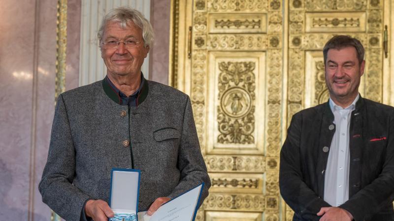 markus-soder-r-csu-ministerprasident-den-bayerischen-verdienstorden-an-den-kabarettisten-gerhard-polt-foto-peter-kneffeldpa