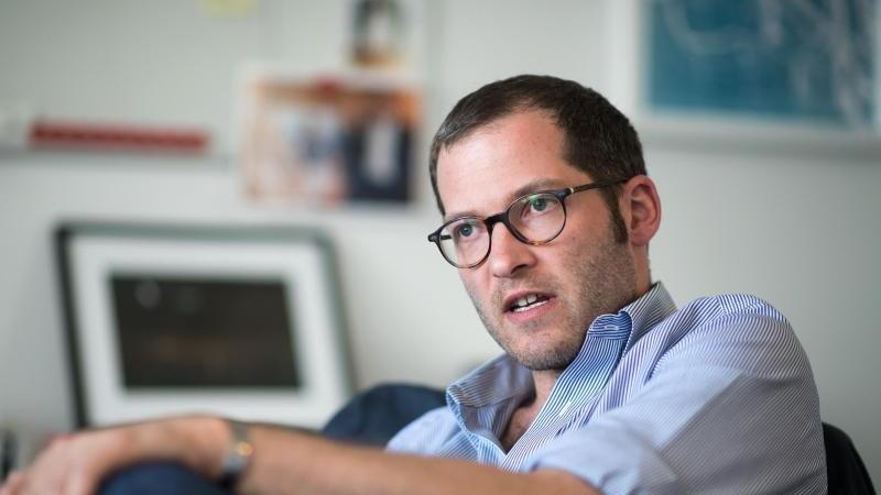 julian-reichelt-damals-chefredakteur-bild-digital-und-vorsitzender-der-bild-chefredaktionen-sitzt-bei-einem-gesprach-mit-der-deutschen-presse-agentur-dpa-in-seinem-buro-in-berlin-archivbild-foto-picture-alliance-bernd-von-jutrczenkadpa