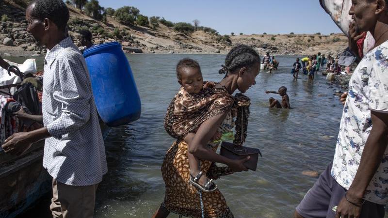 fluchtlinge-aus-der-region-tigray-kommen-am-ufer-des-tekeze-setit-im-sudan-an-archivbild-foto-nariman-el-moftyapdpa