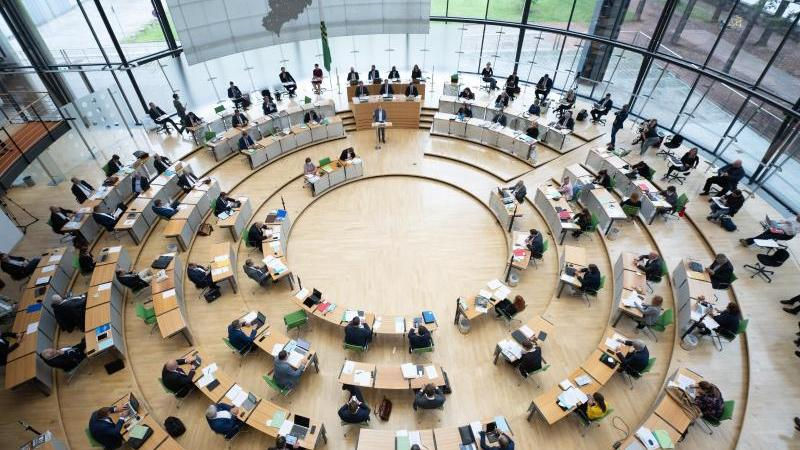 die-abgeordneten-sitzen-im-plenum-auf-ihren-platzen-foto-sebastian-kahnertdpa-zentralbilddpa
