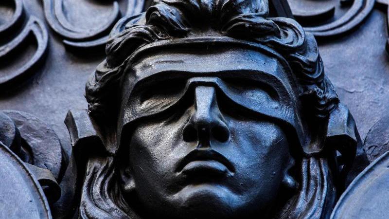 eine-darstellung-der-gottin-justitia-foto-carsten-koalldpasymbolbild