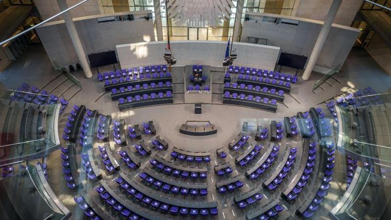 illustration-blick-in-den-plenarsaal-im-bundestag-die-vorsitzende-des-deutschen-frauenrates-von-miquel-hat-die-spd-aufgefordert-eine-frau-fur-die-nachfolge-von-bundestagsprasident-schauble-zu-nominieren-foto-michael-kappelerdpa