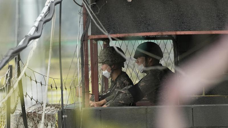 zwei-sudkoreanische-soldaten-in-einem-militarposten-am-imjingak-pavillon-nahe-der-grenze-zu-nordkorea-das-nordkoreanische-militar-hat-nach-informationen-sudkoreas-am-dienstagmorgen-erneut-eine-ballistische-rakete-getestet-foto-ahn-young-joonapdpa