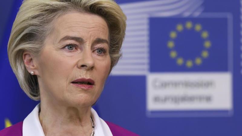 ursula-von-der-leyen-l-eu-kommissionsprasidentin-steht-neben-mateusz-morawiecki-ministerprasident-von-polen-foto-pawel-supernakpapdpa