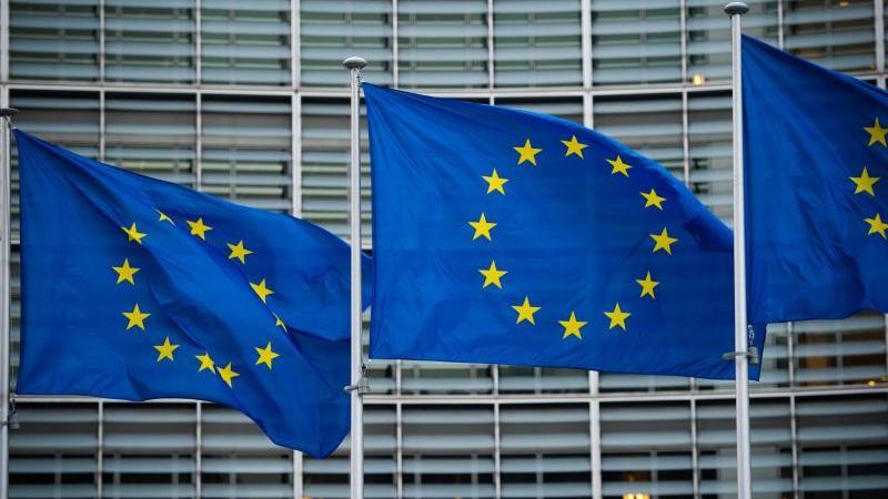 flaggen-der-europaischen-union-wehen-im-wind-vor-dem-berlaymont-gebaude-in-brussel-die-eu-kommission-will-die-haushaltsregeln-fur-mitgliedstaatn-nach-der-aufnahme-von-rekordschulden-in-der-corona-pandemie-vereinfachen-foto-arne-immanuel-banschdpa