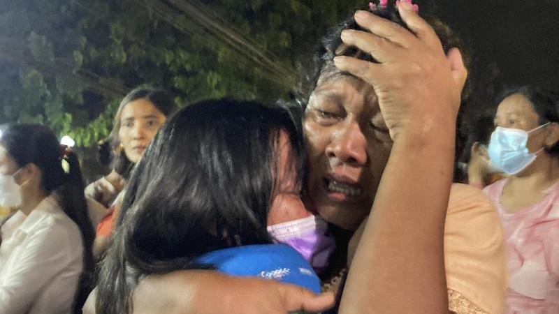 eine-weinende-mutter-m-umarmt-ihre-tochter-l-die-aus-dem-insein-gefangnis-in-yangon-entlassen-wurde-foto-uncreditedapdpa
