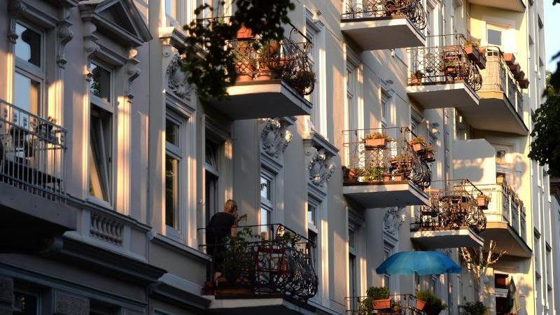 die-balkone-von-mietshausern-sind-in-der-abendsonne-zu-sehen-foto-marcus-brandtdpaarchivbild