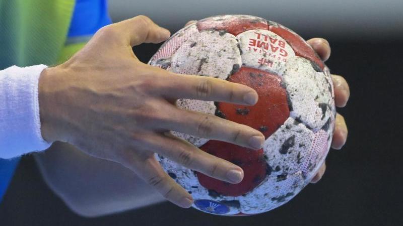 ein-handballspieler-halt-den-spielball-in-den-handen-foto-soeren-stachedpa-zentralbilddpasymbolbild