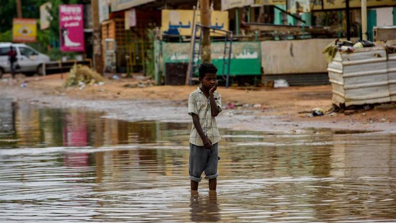 uberflutete-strae-in-khartum-der-klimawandel-verscharft-auch-die-hungerkrise-in-afrika-foto-ahmed-mostafa-el-sheikhdpa