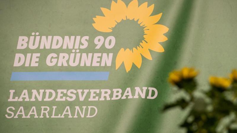 das-logo-des-landesverbandes-saarland-bundnis-90die-grunen-ist-auf-einem-transparent-zu-sehen-foto-oliver-dietzedpaarchivbild