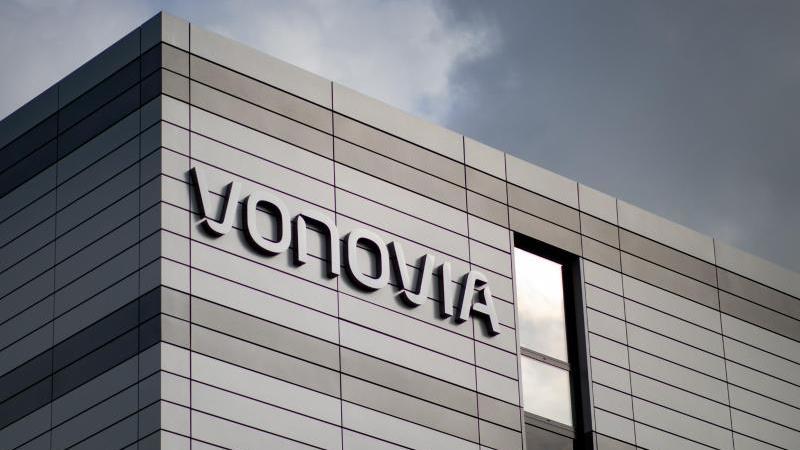 der-schriftzug-des-wohnungsunternehmens-vonovia-foto-marcel-kuschdpaarchivbild