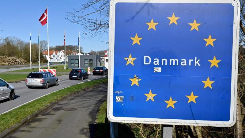 autos-fahren-zum-deutsch-danischen-grenzubergang-in-richtung-norden-foto-carsten-rehderdpaarchivbild