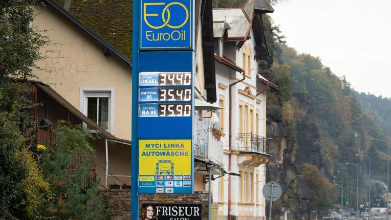 die-preisanzeige-einer-tankstelle-zeigt-an-spritpreise-in-deutschland-befinden-sich-auf-einem-allzeithoch-foto-julian-stratenschultedpa