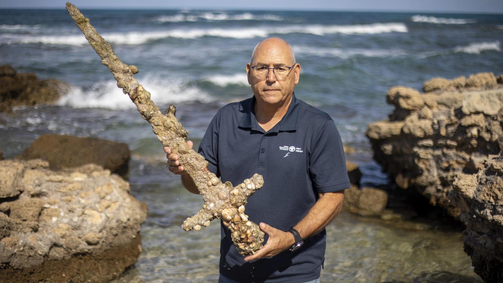 kobi-sharvit-von-der-israelische-altertumsbehorde-zeigt-ein-900-jahre-alte-schwert-das-ein-taucher-vor-der-kuste-israels-gefunden-hat