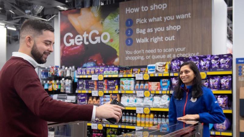 die-britische-handelskette-tesco-hat-in-london-ihren-ersten-supermarkt-ohne-kassen-oder-bezahlschalter-eroffnet-foto-ben-stevenstescopa-mediadpa