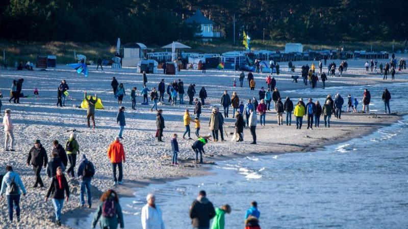 touristen-am-strand-vor-der-seebrucke-im-ostseebad-binz-foto-stefan-sauerdpa