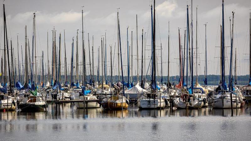 segelboote-liegen-bei-trubem-wetter-an-einem-steg-am-steinhuder-meer-foto-moritz-frankenbergdpaarchivbild