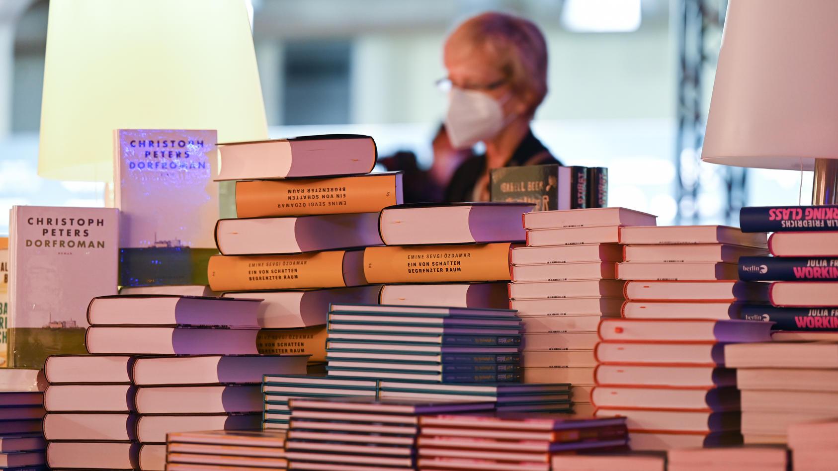 die-corona-pandemie-hat-zu-einem-strukturwandel-in-der-papierindustrie-gefuhrt-unter-dem-nun-die-bucherproduktion-leidet