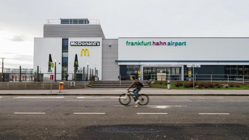 ein-radfahrer-fahrt-am-terminal-des-frankfurt-hahn-airport-vorbei-foto-andreas-arnolddpaarchivbild