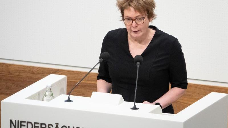 daniela-behrens-spd-gesundheitsministerin-niedersachsen-spricht-foto-demy-beckerdpaarchivbild