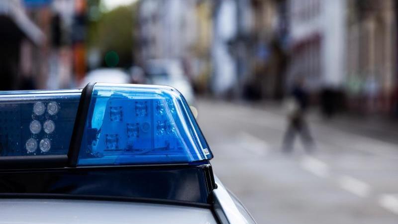 ein-einsatzfahrzeug-der-polizei-steht-am-straenrand-foto-philipp-von-ditfurthdpasymbolbild