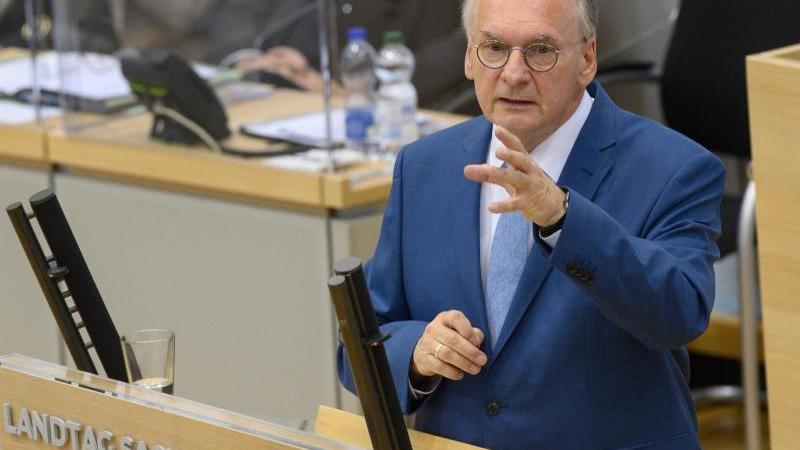 reiner-haseloff-cdu-ministerprasident-des-landes-sachsen-anhalt-spricht-im-plenarsaal-des-landtages-foto-klaus-dietmar-gabbertdpa-zentralbildzb
